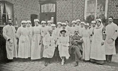 ambulancepersoneel bij de fabriek van Van den Bergh
