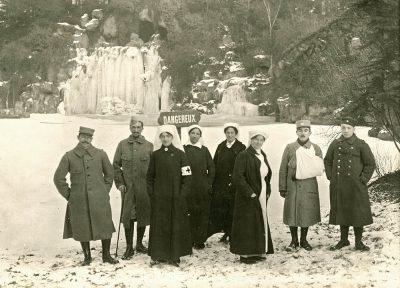 verpleegsters en patienten bij de bevroren waterval