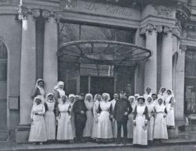 groepsfoto voor hoofdingang